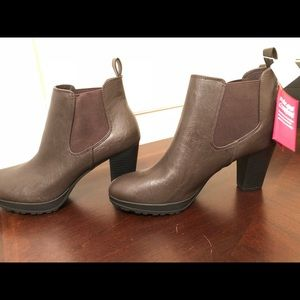 NWT Dexflex, brown ankle boots
